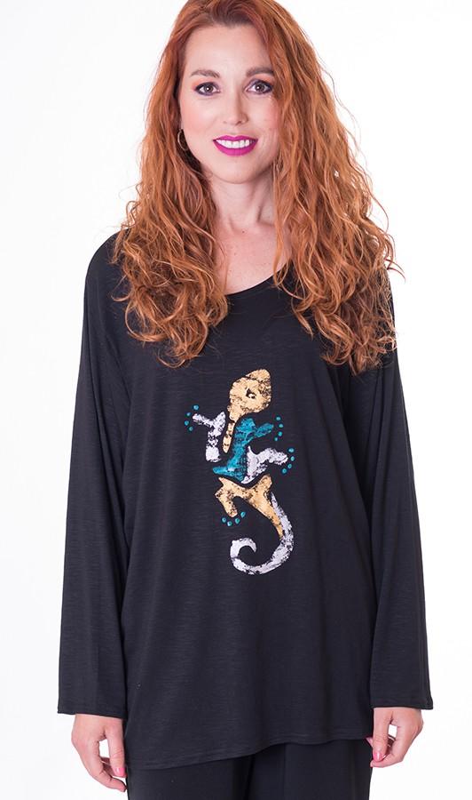 camiseta-de-mujer-joven-en-punto-con-dibujo-de-colores