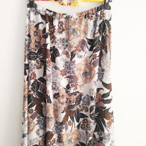 falda-midi-de-estampado-flores-tonos-tierra